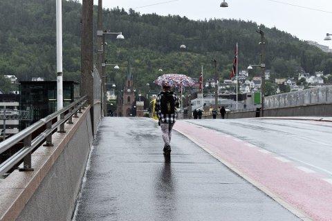 FRAM MED PARAPLYEN: Det er bare å gjøre seg klar for regnvær i helga. Fredag blir trolig den fineste dagen.