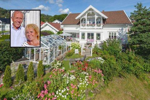 SELGER DRØMMEBOLIGEN: John S. Endsjø og kona Sisilie Rollid har eid den gamle Doktorgården i Svelvik i ti år.