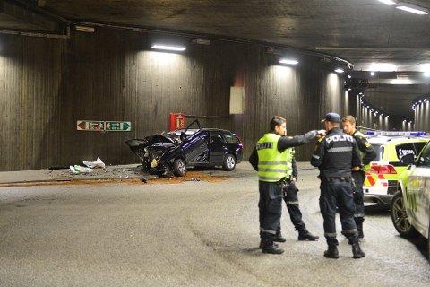 KJØRTE I TUNNELVEGGEN: En bil kjørte natt til tirsdag inn i tunnelveggen i Bragernestunnelen.