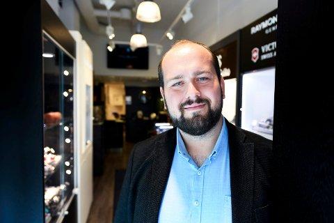 Simon Nordanger (SP) på jobb hos Urmaker Roll Hansen i Gågata på Bragernes i Drammen