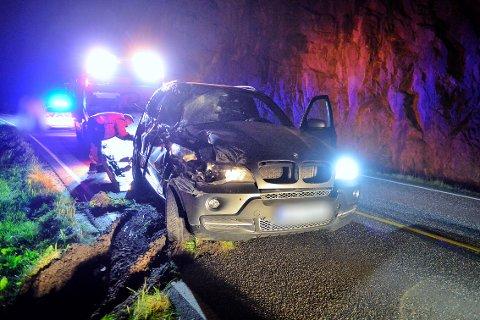 En bil havnet utfor veien og inntil fjellveggen i Svelvik.