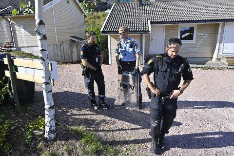 Politiet er på stedet med skjold.