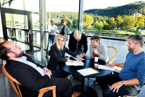 SAMARBEIDSAVTALE: Monica Myrvold Berg (Ap), Simon Nordanger (Sp), Rune Kjeldsen (SV), Anders Wengen (V) og Ståle Sørensen (MDG) er blitt enige om å styre Drammen de neste fire årene. Nå har partiene startet arbeidet med å utforme et politisk dokument.