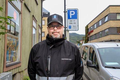 PÅ PLASS: Christian, eller betjent 08 som han heter på jobb, er på plass i Mjøndalen sentrum. Han forteller at folk er veldig hyggelige og flinke til å spørre om hjelp.