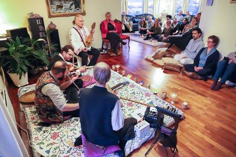 Sukhvinder Singh Jhotti og kona Ranjit Kaur  åpnet hjemmet sitt for å holde stuekonsert under Drammen Sacred Music Festival.
