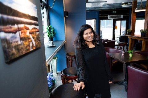 NYE TIDER: Sinthuja Mahatheva (35) har tatt over Corner Bar i Hauges gate på Bragernes, og døpt om stedet til Home Cafe Bar.  Hun legger ikke skjul på at det er tøft å drive det alene, og at hun håper å lykkes.