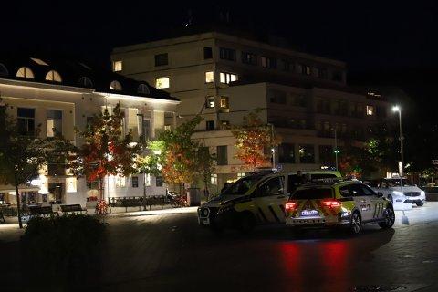Det var minst tre politibiler som rykket til Strømsø like etter klokken åtte mandag kveld.