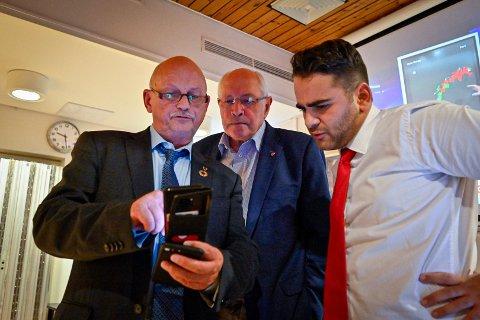 FORNØYD MEDDE FORELØPIGE RESULTATENE: Ap-fylkesordførerkandidat Roger Ryberg (T.v.). Her sammen med Martin Kolberg og Rutkay Sabri.