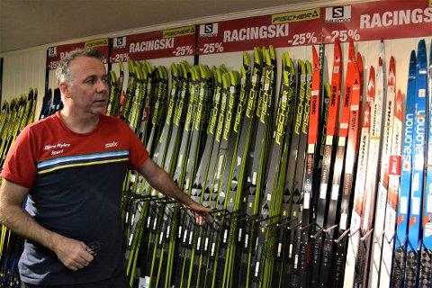 FULLE VEGGER: Hos Bjørn Myhre Sport i Krokstadelva er de avhengig av snø for et jevnt og godt salg gjennom sesongen. Bjørn Vidar Larsen viser frem et utvalg av butikkens racingski.