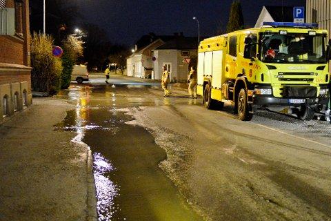 VANNLEKKASJE: Natt til mandag rant det betydelig mengder vann ut i krysset Konggata/Wergelands gate.