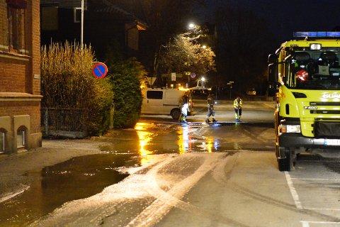 RYKKET UT: Brannvesenet rykket ut til en stor vannlekkasje natt til mandag.