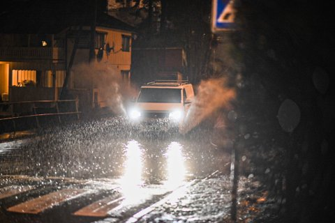 VÅTT: Det er vått i morgentimene tirsdag, og mye vann i veibanen flere steder, som her i Gamle Kongevei.