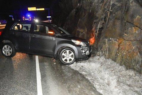 KJØRTE AV VEIEN: En kvinnelig bilist kjørte i fjellveggen på grunn av glatt føre i Vikersund onsdag morgen.