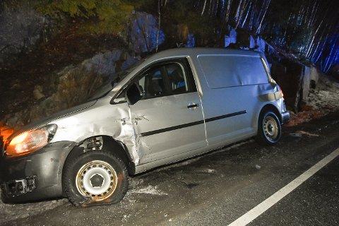 SKULLE HJELPE: Den mannlige sjåføren i denne bilen parkerte for å hjelpe til, da en annen bil hadde kjørt i fjellveggen. Så kom en lastebil og kjørte på bilen hans igjen.