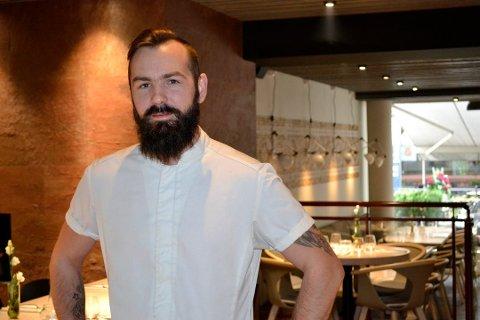 TRENGER FLERE KUNDER: Jonatan Bukkøy Artnzen, som driver Ask & Loke på Bragernes, har tatt et uvanlig grep for å få flere kunder: senket prisene på mat med en fjerdedel. Restauranten har endt opp med røde tall til nå.
