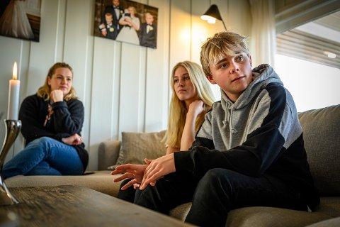 GLADNYHET: Både Emil og kjæresten Emma Bye hadde planlagt å gå på Åssiden videregående fra høsten. Nå ser det ut til at elevene likevel har mulighet til å få skoleplass i Drammen.
