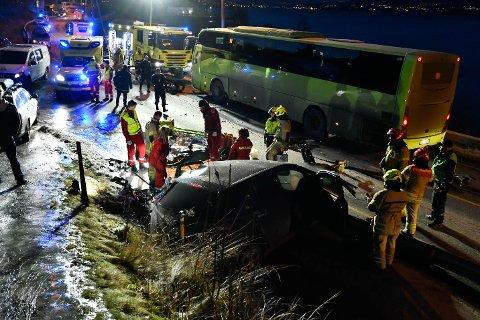ULYKKE: Én person døde etter en møteulykke mellom en bil og en buss i Svelvikveien fredag ettermiddag.