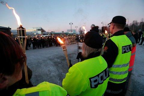 ÅRLIG MARKERING: I tidligere Buskerud fylke er Trafikkofrenes dag markert hvert år. Bildet er fra Åmot i Modum i 2017, da statsminister Erna Solberg deltok på markeringen.
