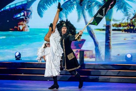 SKAL DANSE SOM KAPTEIN SABELTANN: Lørdag danset Andreassen i Kaptein Sabeltann-kostymet til Terje Formoe: – Det er ufattelig snilt av han.