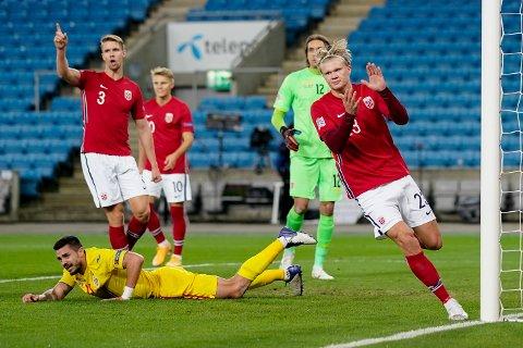 Norges Erling Braut Haaland feirer etter scoring mot Romania. Kristoffer Ajer og Martin Ødegaard følger med bak.