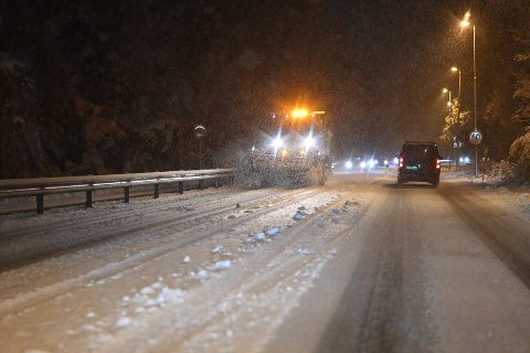 Nattens snøfall skapte store utfordringer i trafikken. Arlett Bye-Egenes (49) ble selv vitne til at flere biler på veien kjørte seg fast.