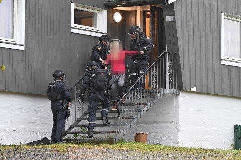 PÅGRIPELSE: Her pågripes en kvinne i forbindelse med det mistenkelige dødsfallet på Landfalløya.
