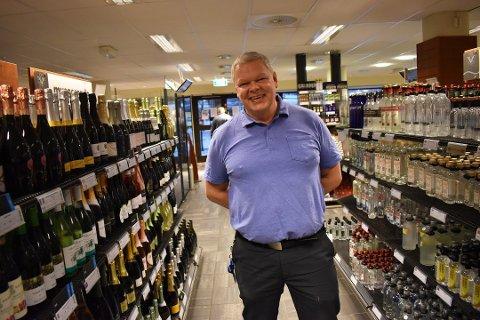 NY TID FRA 10-16: Tom Lie, butikksjef på Vinmopolet Strømsø, tror det kan bli veldig bra å få nye lørdagsåpningstider fra 1. desember.