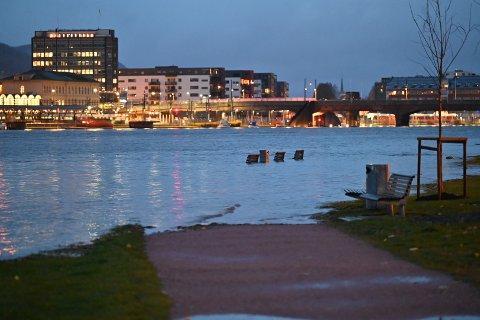 FLOM: Vannet flommet over Bragernes strand mandag morgen. Den høye vannstanden skyldes både naturlig tidevann og sterke vindkast den siste tiden.