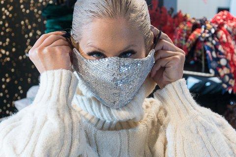 SER MULIGHETER: Helene Grønberg kaster seg på munnbind-trenden med ny nettbutikk. Denne med paljetter har hun allerede brukt på kjøpesenter, men hun gleder seg til mer nøytrale varianter kommer fra Kina.