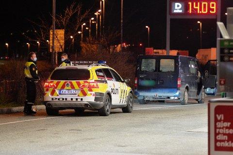 Politibilen ble påkjørt bakfra i lav hastighet, og ingen av de involverte ble skadd. Begge bilene er også kjørbare etter uhellet som skjedde da politiet lette etter et påkjørt rådyr på E18 i Lier.