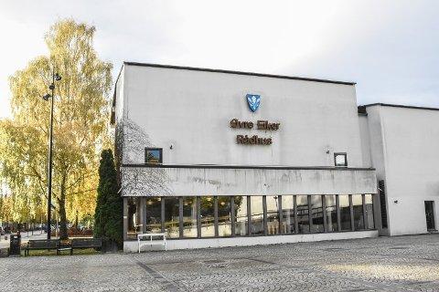 Politiet måtte rykke ut til rådhuset i Hokksund mandag formiddag.