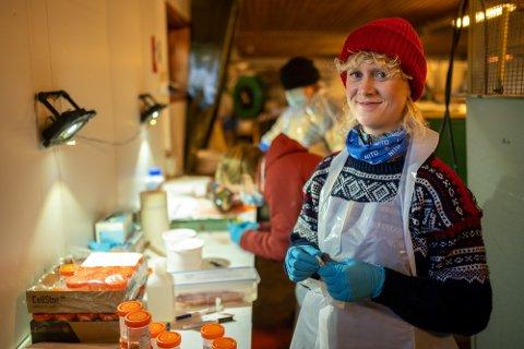 VALGT EN ANNEN VEI: Anne Clementine Linde (30) er utdannet bioingeniør, men har gått enn annen vei enn de fleste. Hun er en del av en forskergruppe som undersøker laks.