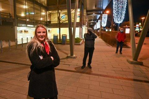 JOBBER PÅ SENTERET: Lill Madelen Halvorsen (21) står først i køen inn til Gulskogen senter, men hun skal på jobb.