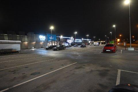 BUSKERUD STORSENTER: Kun et fåtall av biler står parkert utenfor kjøpesenteret.