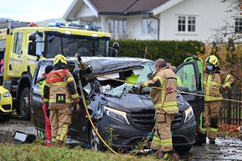 KLEMT: En mann satt fastklemt i bilen etter et at et tre falt ned mandag formiddag. Han ble senere fraktet med luftambulanse til sykehus.