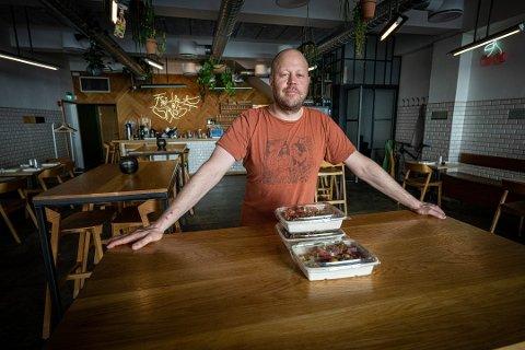 ENDELIG ÅPNING: Jon Christian Thomassen er klar for åpning av Frukt & Grønt.