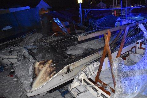 Det kunne gått skikkelig ille da det tok full fyr i en middels stor kabincruiser på båthavna på Nærsnes mandag kveld.