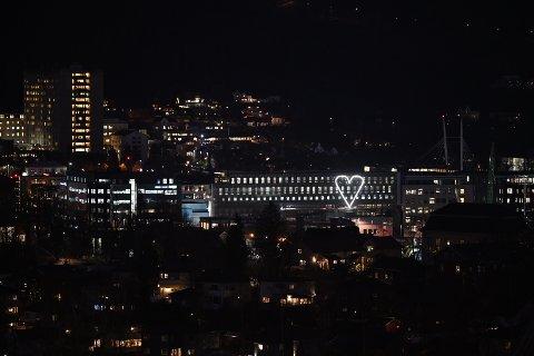 Denne lysinstallasjonen vekker oppsikt. I bakgrunnen er Drammen sykehus synlig.