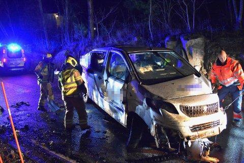 ULYKKE: En bil har kjørt i en fjellvegg på Grimsrudveien. Det gjenstår en del opprydningsarbeid på stedet.