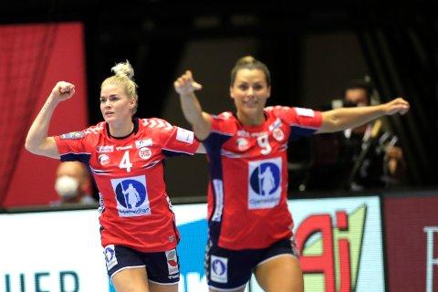 TIL FINALE: Veronica Kristiansen og Nora Mørk under semifinalen  mellom Norge og Danmark i Herning.