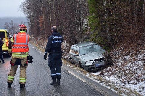 En bil har kjørt av Grimsrudveien i Hurum.