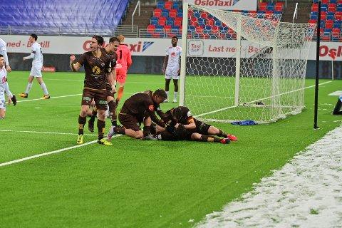 Markus Nakkim ble den store helten da han stanget inn 3-2 på overtid. Her feirer han med sine lagkamerater på 2-2.
