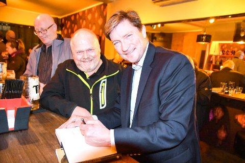 Trym Erik Ripe (f.v), her sammen med Frps Christian Tybring-Gjedde på et medlemsmøte i Frp Modum.
