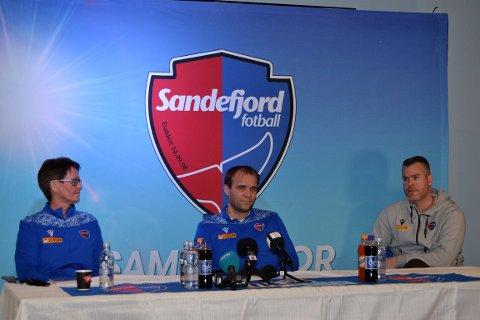 NY TRENER: Hans-Erik Ødegaard (i midten) ble presentert som ny SF-trener sammen med Andreas Tegström. Svensken kunne ikke være til stede grunnet koronarestriskjoner. Til venstre sitter styreleder for klubbstyret, Merete Sand mens daglig leder, Espen Bugge er til høyre.