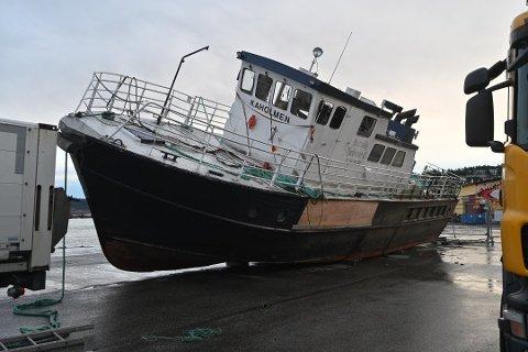PÅ LAND: Som en strandet hval lå Kaholmen på land, etter en omfattende hevingsaksjon.