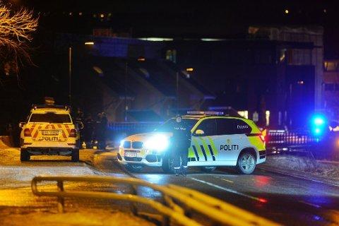 SKUTT: På brua over Vestfosselva i Hokksund ble Borgar Giil Andresen skutt og drept lille juleaften 2019. 95 meter unna starter rettssaken tirsdag. En slektning av enka er tiltalt for drapet.