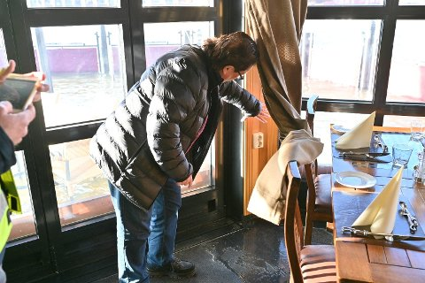 VANNET SIVER INN: – Dører og vinduer er tette, men selve bygningen lekker, konstaterer Thomas Hernandez ved Skutebrygga.