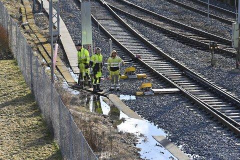 Mannskaper fra Bane Nor jobber på sporene mandag formiddag.