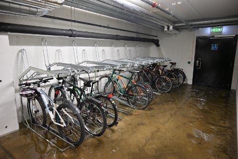TRYKK: Massivt trykk etter flommen i elva førte trolig til at en overvannsledning sa takk for seg i denne garasjen. Vannet fosset inn i garasjeanlegget på Grønland i Drammen.