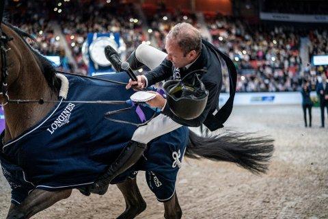 FALLET: Her blir Geir Gulliksen, med mikrofon i hånda, kastet av hesten.
